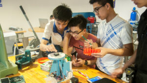 Students collanborating on a project